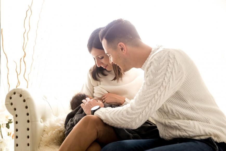 un momento di intimità durante un servizio newborn